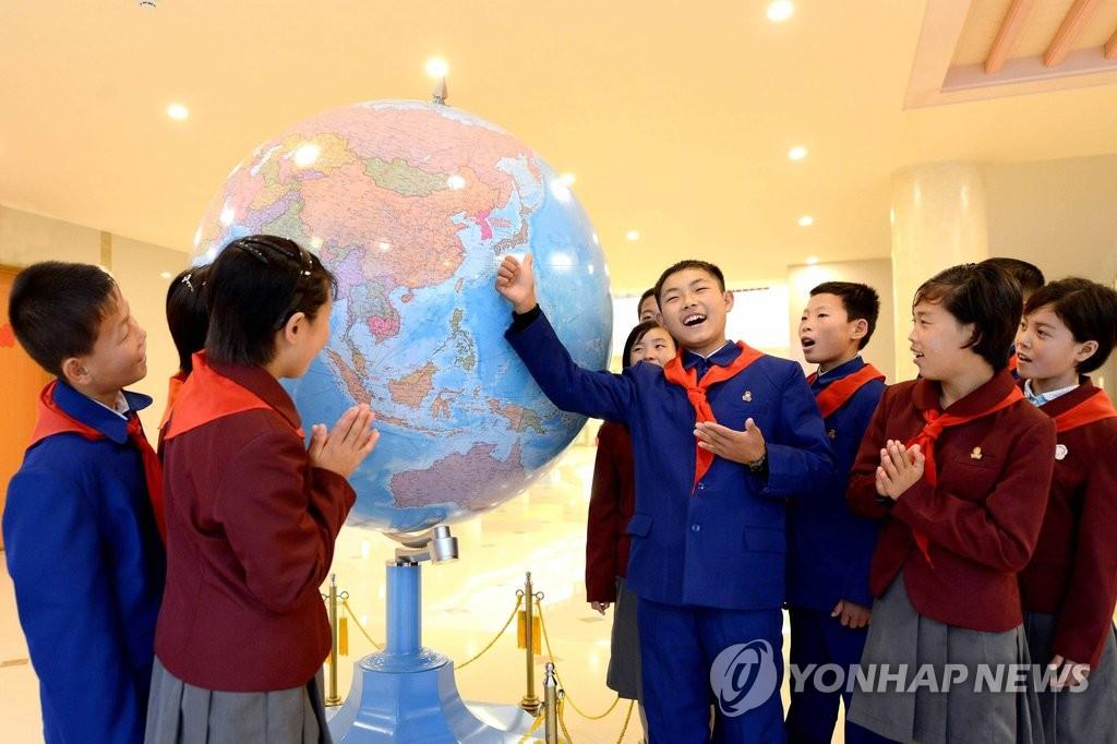 朝鲜洪水灾区学生参加野营