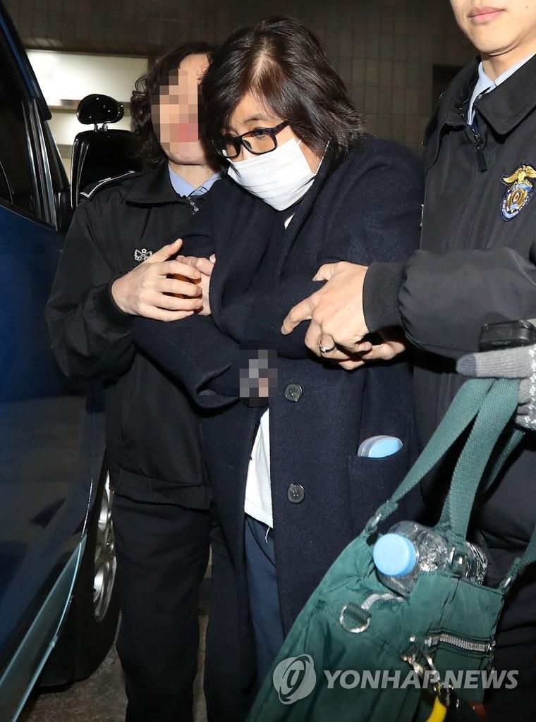 崔顺实登车返回拘留所