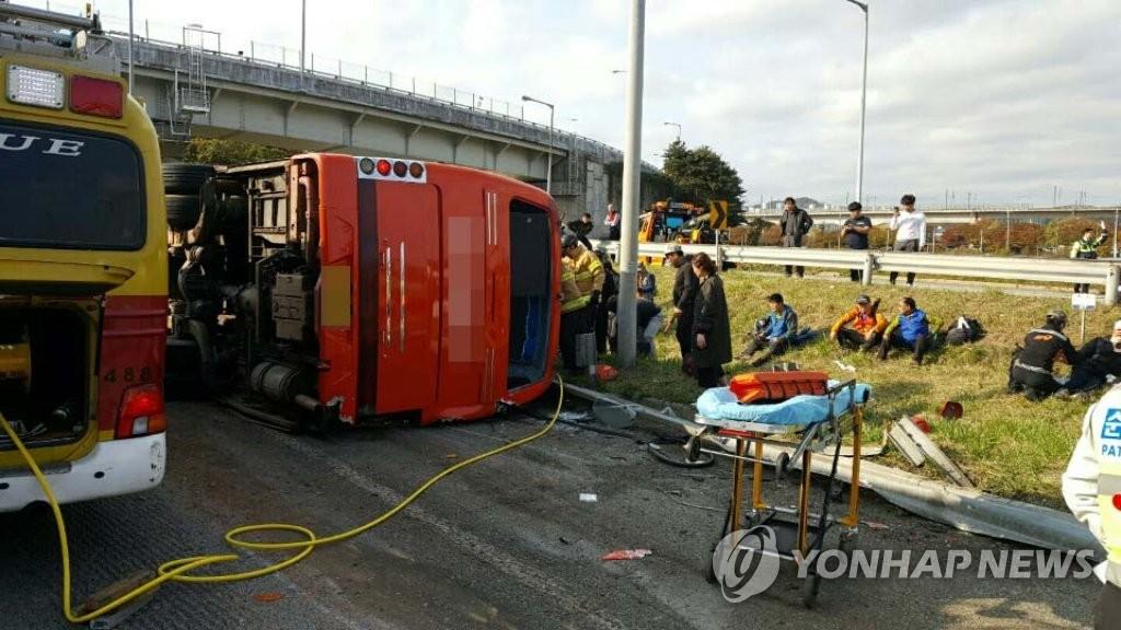 韩发生旅游大巴翻车事故已致4人死亡