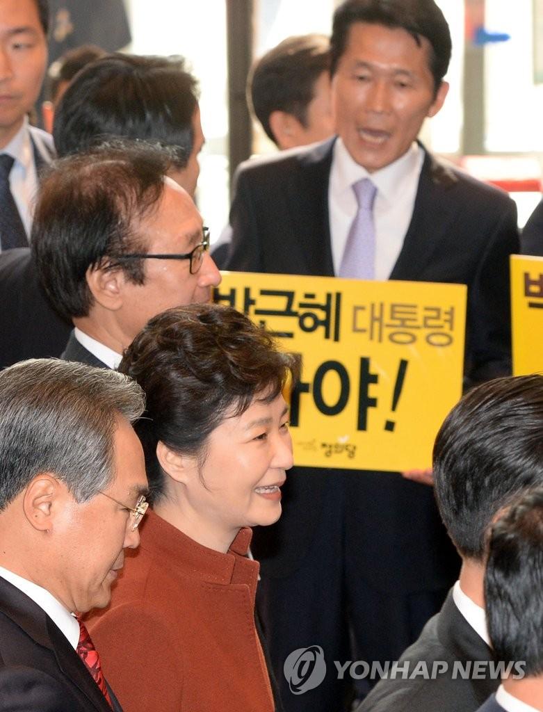 """朴槿惠和要求""""朴槿惠下台""""的标语牌"""