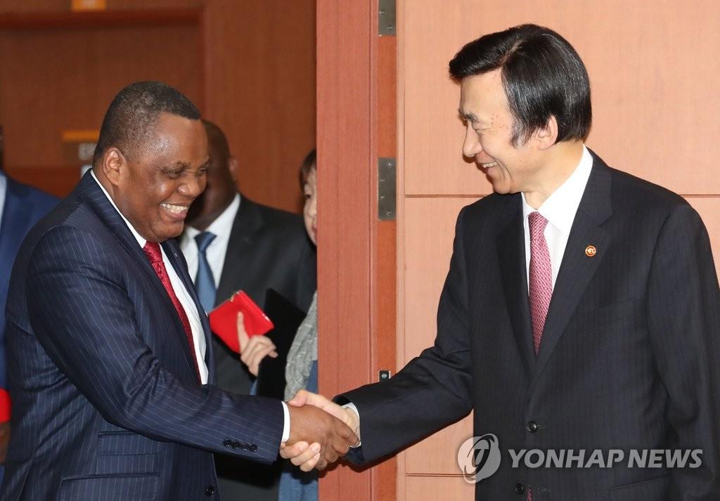 尹炳世会见刚果外长