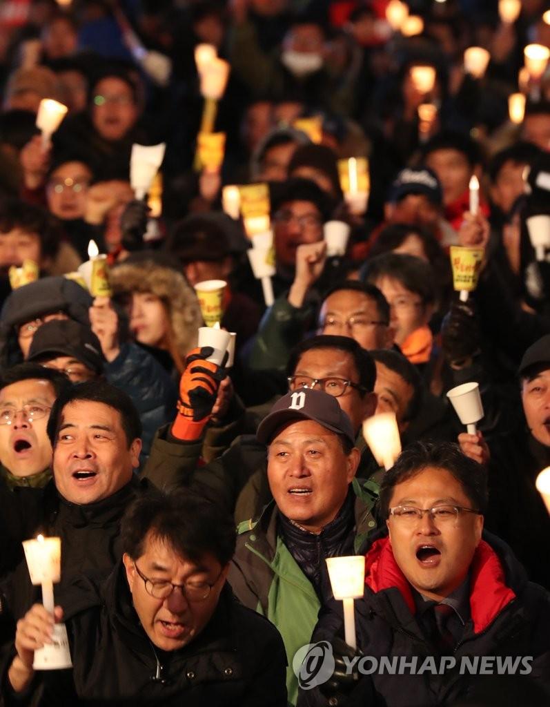 韩民众冒冷呼吁朴槿惠下台