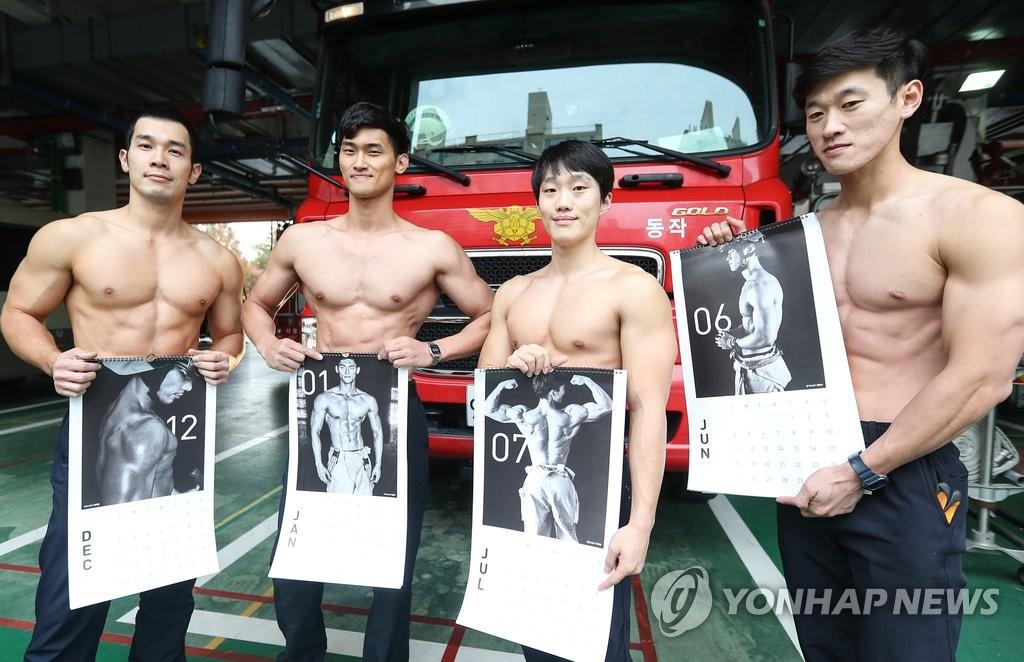 韩消防员拍慈善日历大秀健硕肌肉