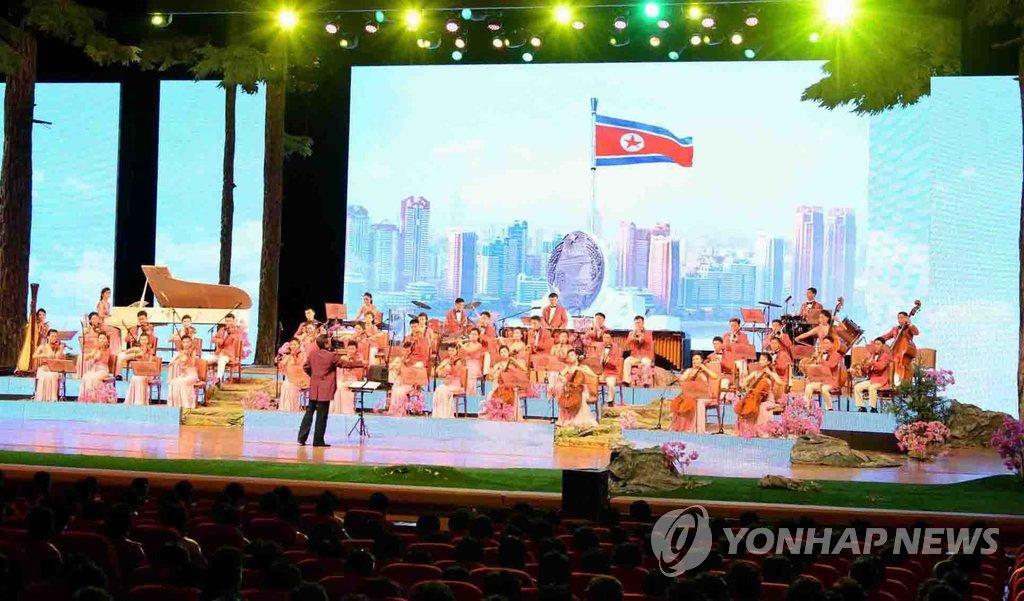 朝鲜举行演出庆祝母亲节