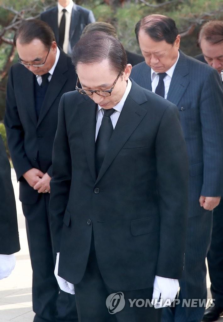 韩前总统李明博参谒金泳三墓地