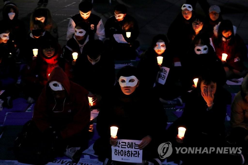 大学生面具烛光集会促总统下台
