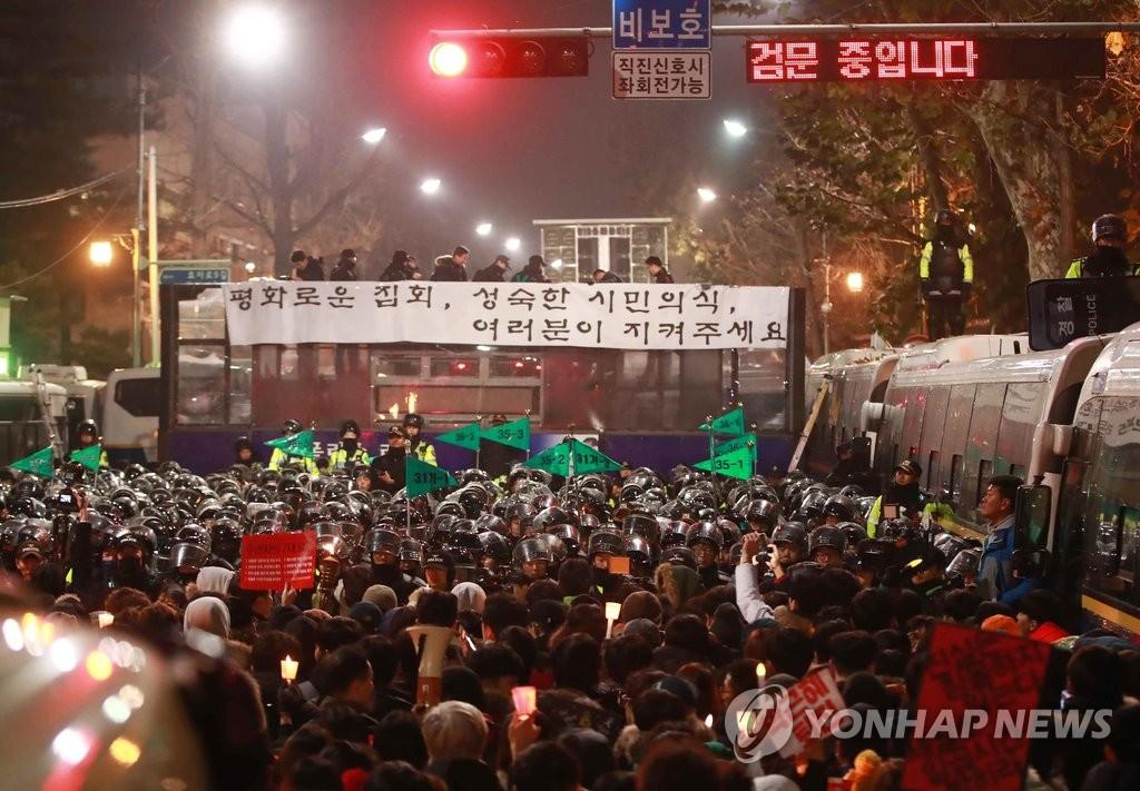 韩民众游行至总统府附近要求朴槿惠下台