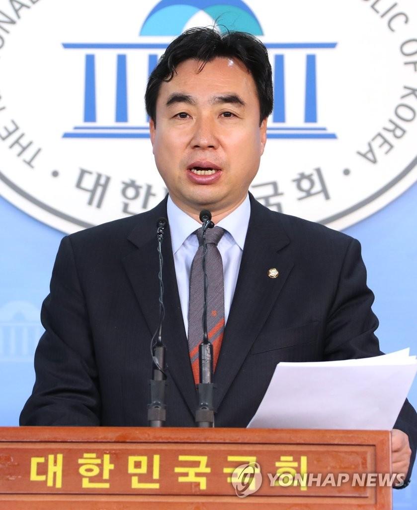 资料图片:民主党首席发言人尹官石(韩联社)