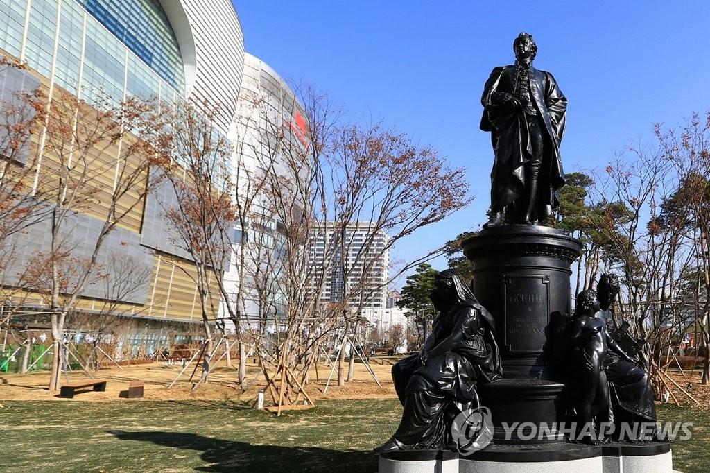 歌德铜像落户首尔乐天世界大厦