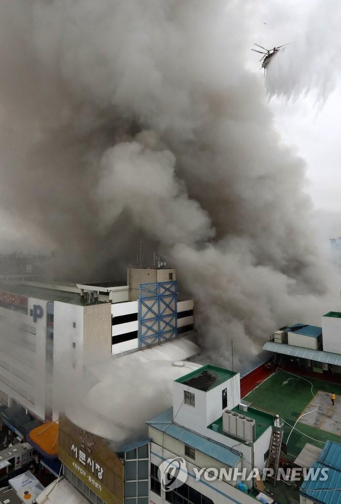 韩大邱西门市场起火 五百家店铺被烧毁