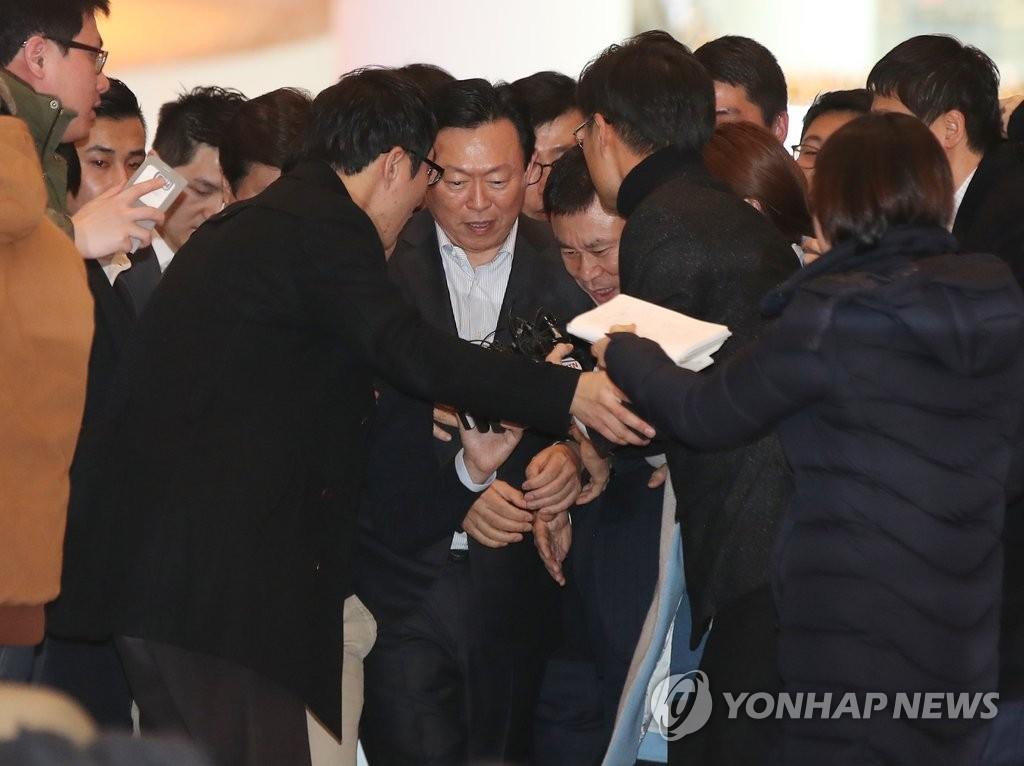 乐天集团会长辛东彬被记者包围