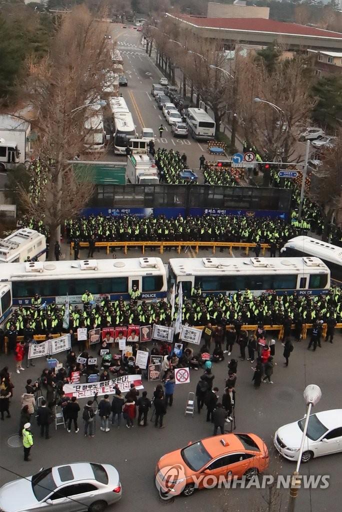韩民众游行至总统府附近