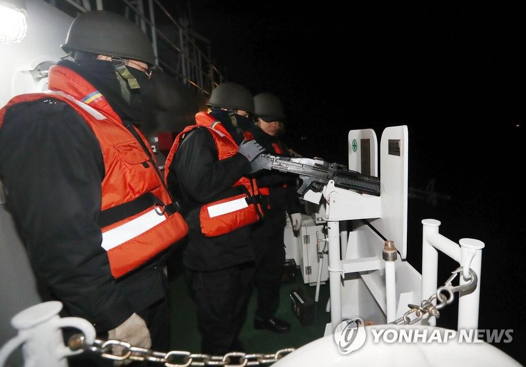 韩海警准备使用班组武器
