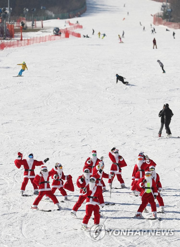 圣诞老人集体现身滑雪场