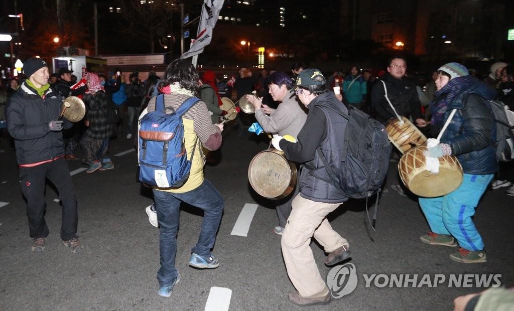 韩民众集会庆弹劾案获通过