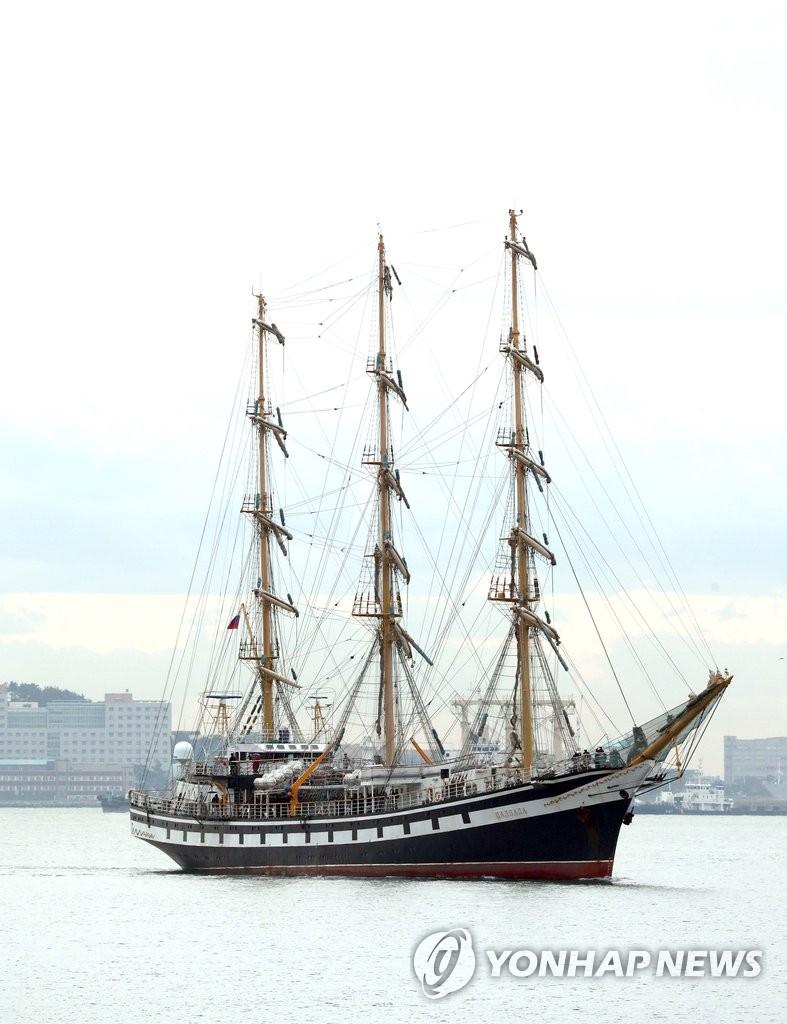 俄罗斯超大型帆船驶入釜山港