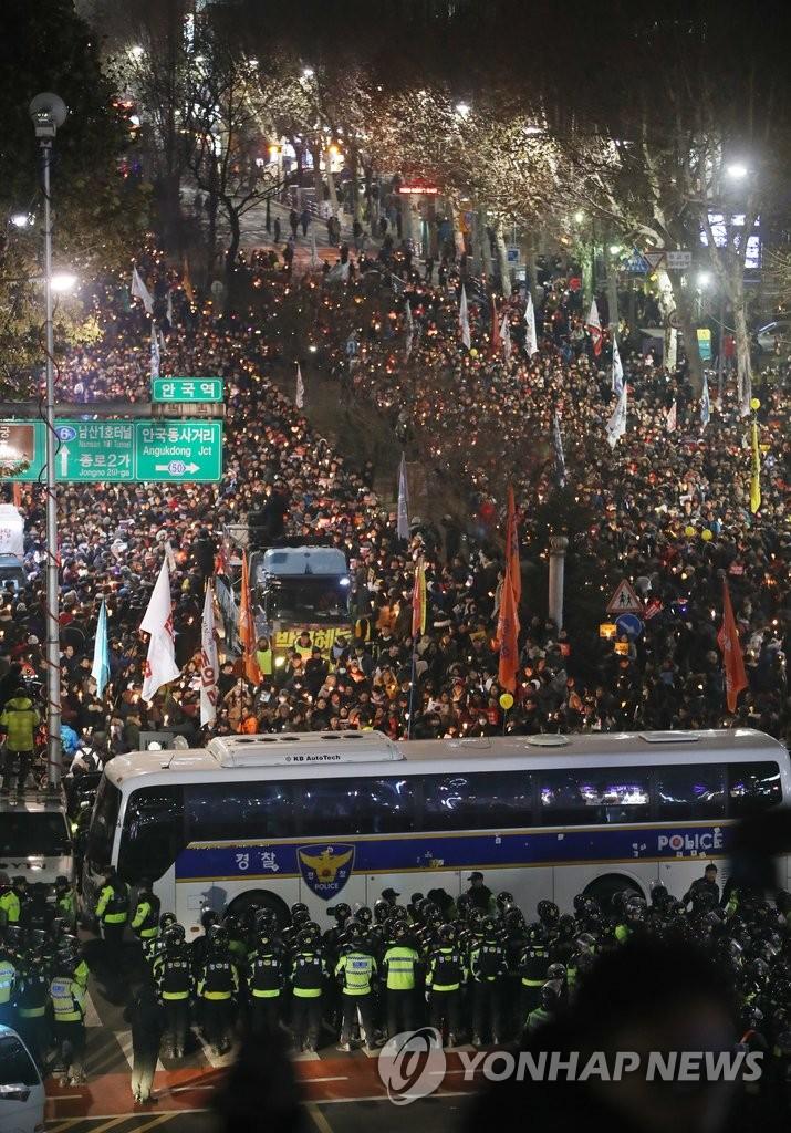 韩民众就总统亲信门举行第八轮集会
