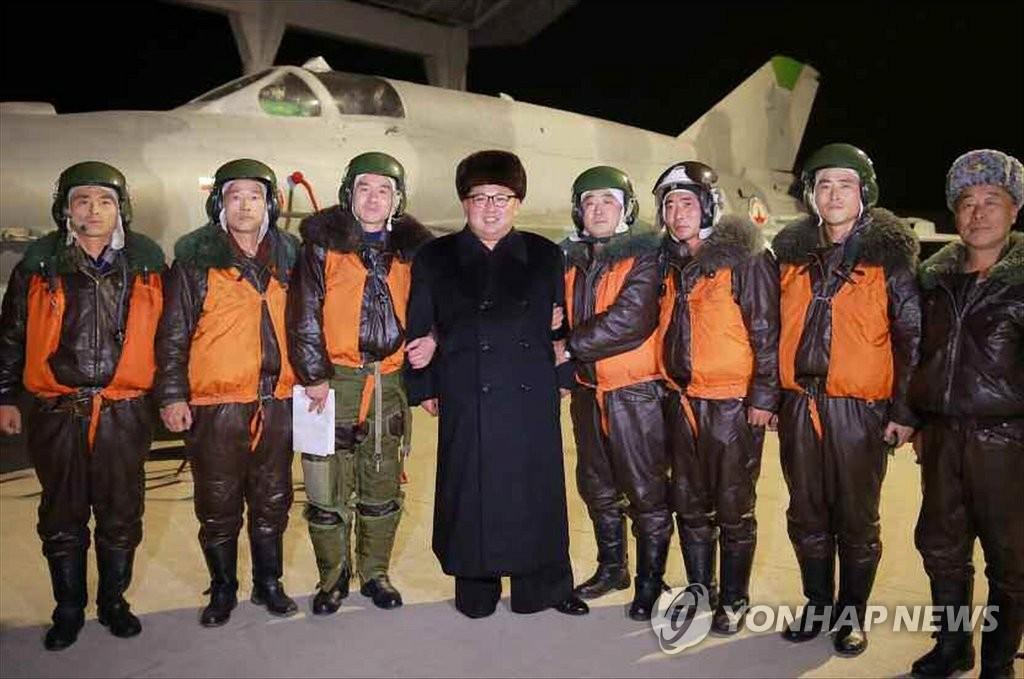 金正恩指导军队夜袭训练