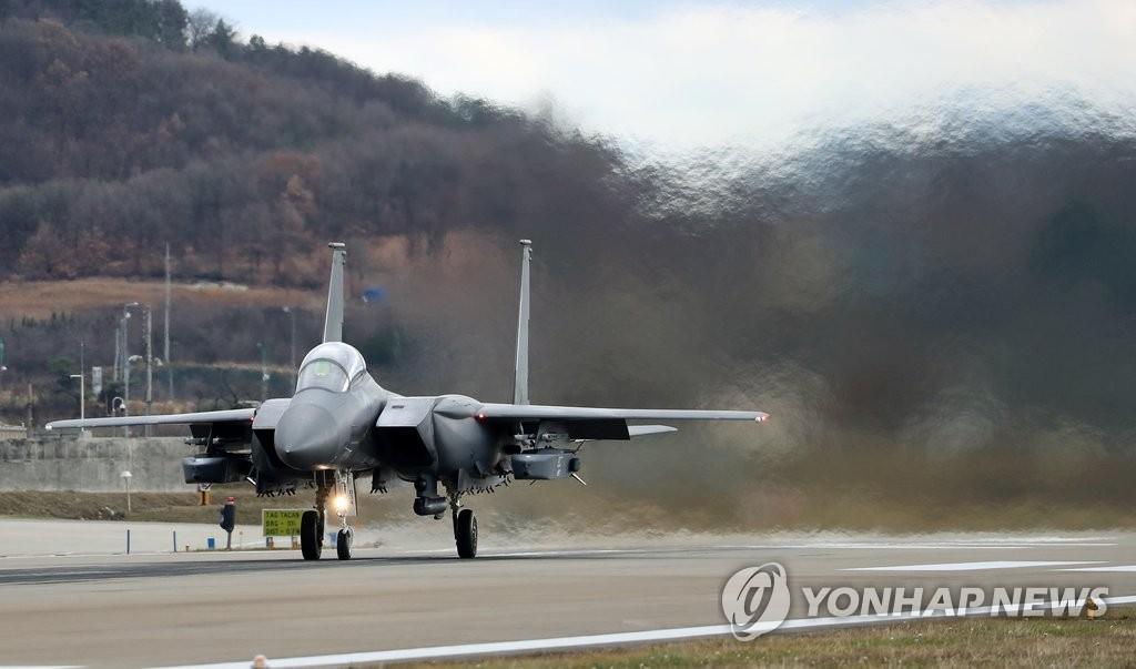 """资料图片:挂载""""金牛座""""导弹的F-15K战斗机(韩联社)"""