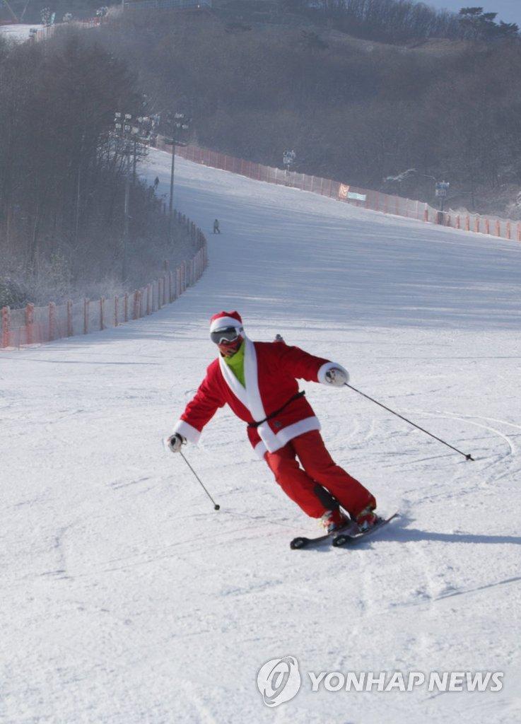"""""""圣诞老人""""滑雪"""