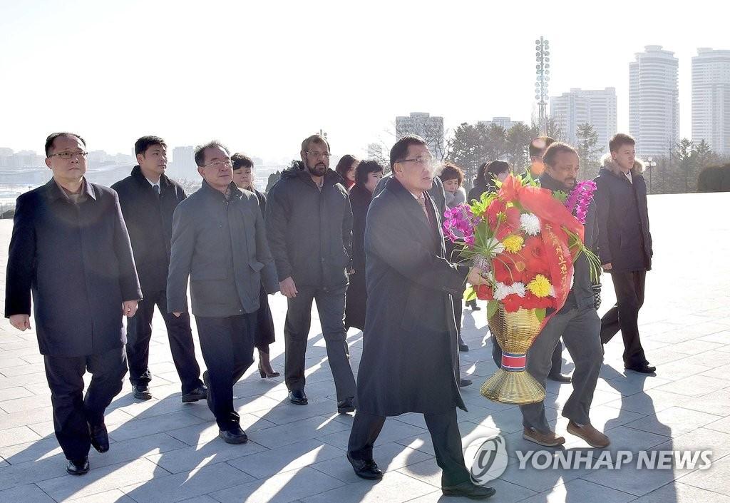 驻朝国际组织代表向金日成铜像献花篮