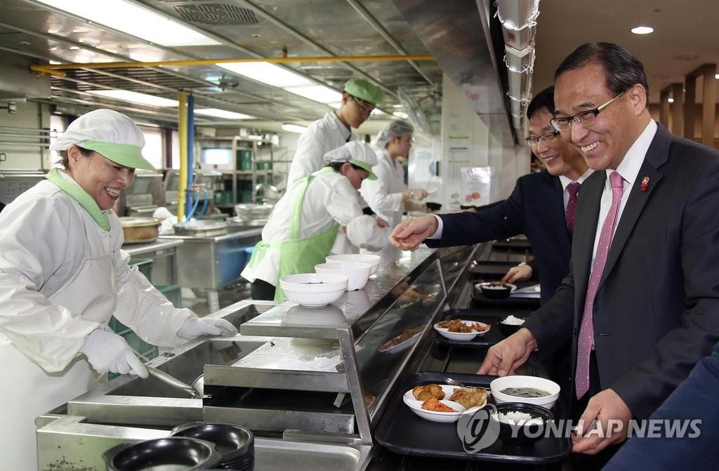 韩行政部长官带头促进鸡肉消费