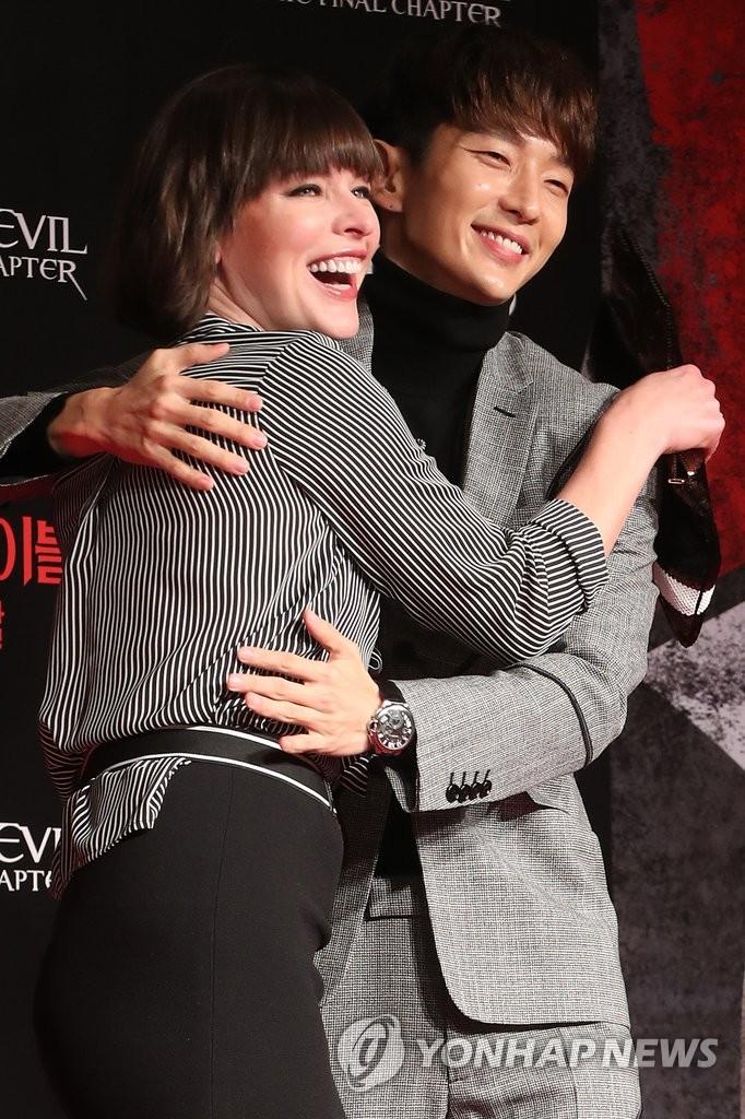 演员李准基和米拉笑容灿烂