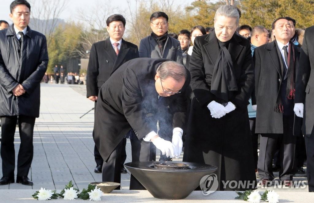 潘基文参拜前总统卢武铉墓地