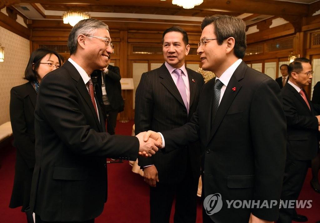 韩代总统和邱国洪亲切握手