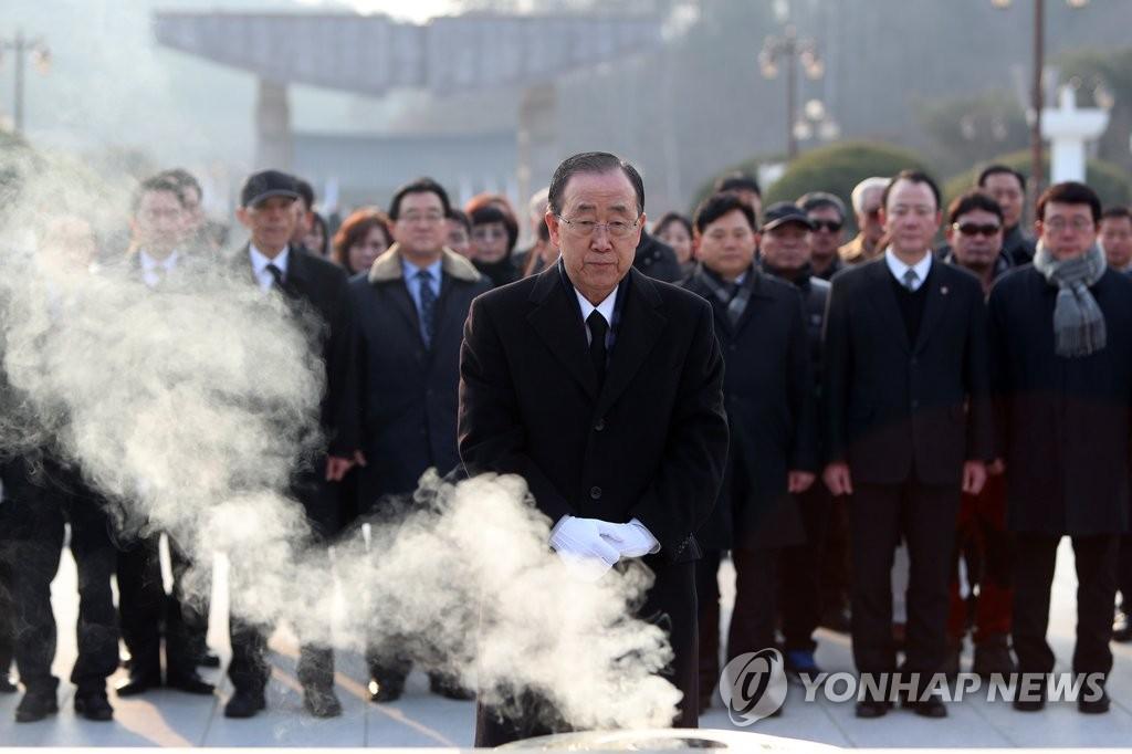"""潘基文为""""光州民主运动""""牺牲者默哀"""