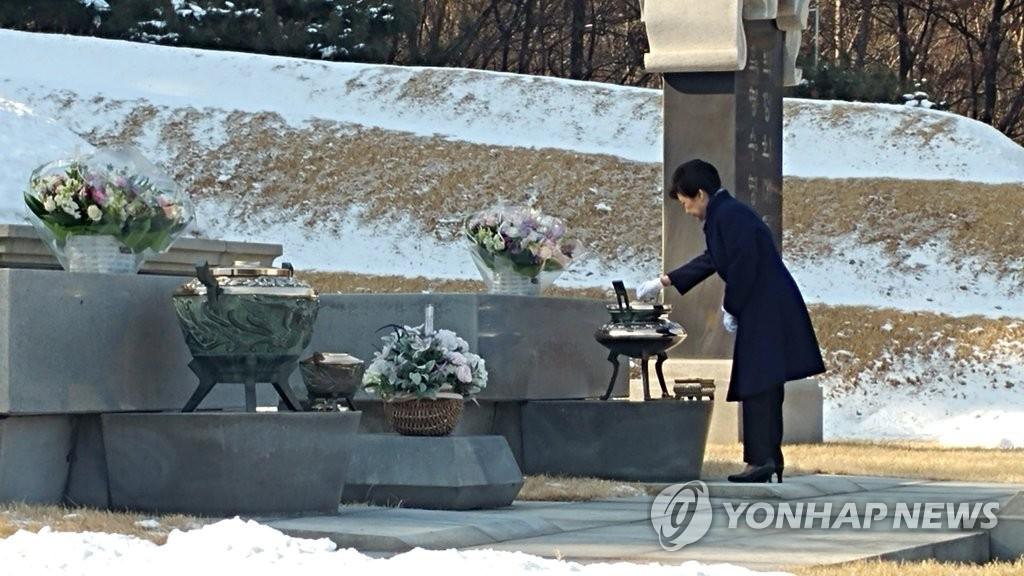 朴槿惠赴国立显忠院为父母扫墓