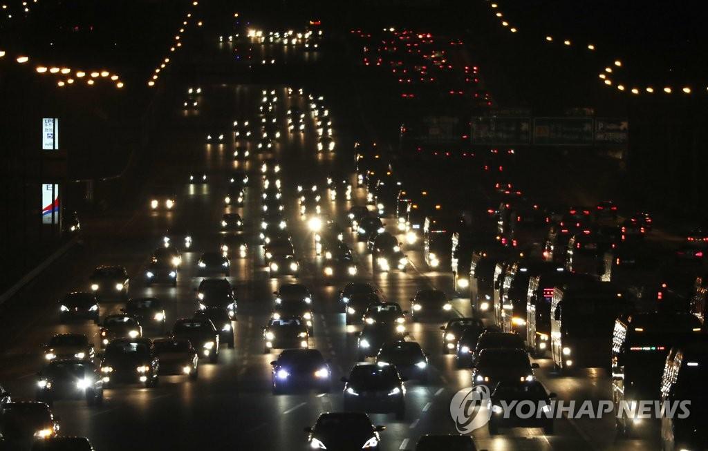 首尔收费站迎返乡车流高峰