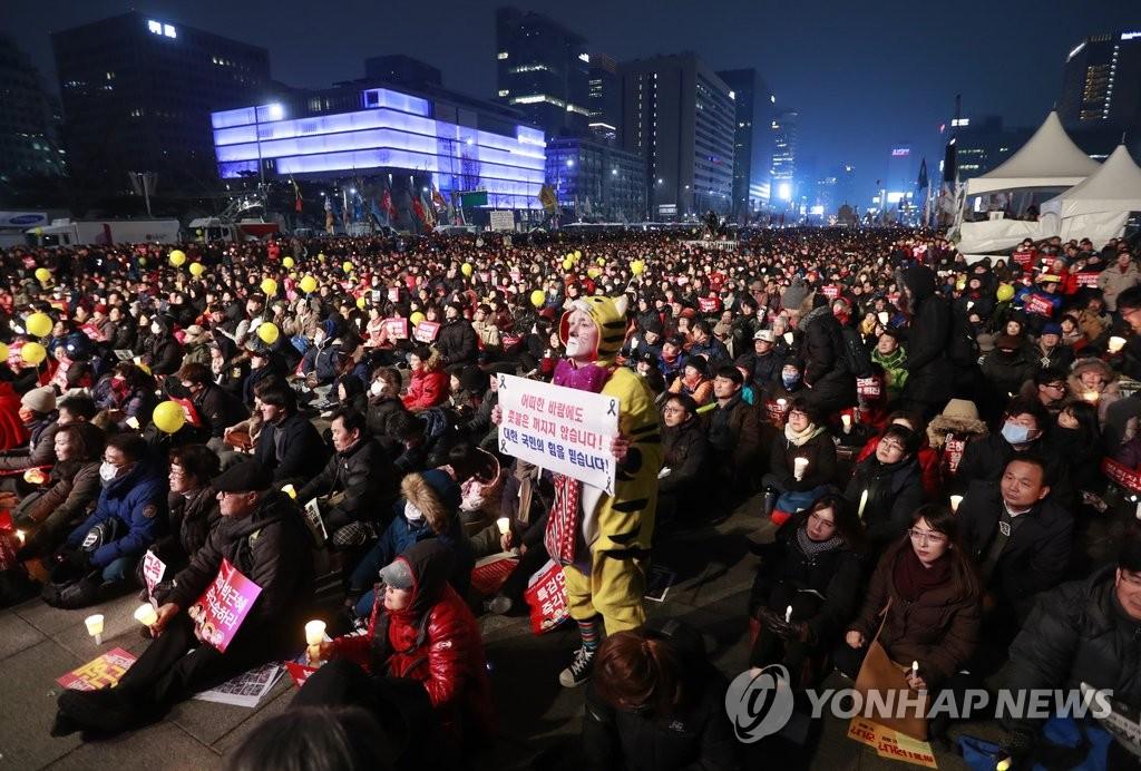 韩民众集会继续要求朴槿惠下台