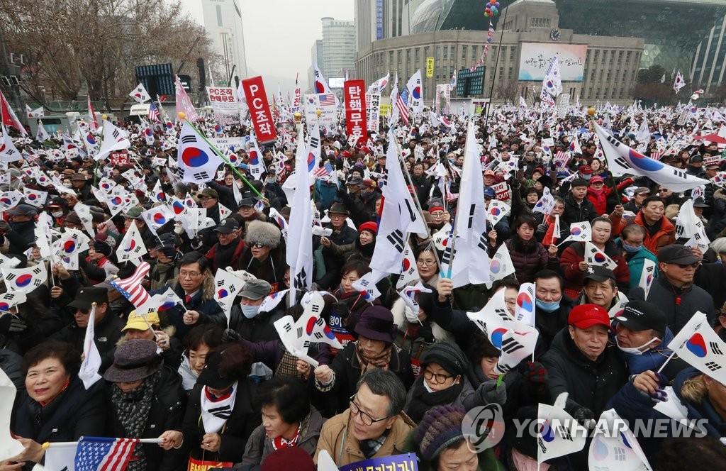 韩民众集会主张总统弹劾无效