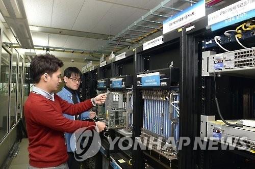 韩国电子通信研究院正在为军方的IP综合装备安装试验机架。(韩联社)