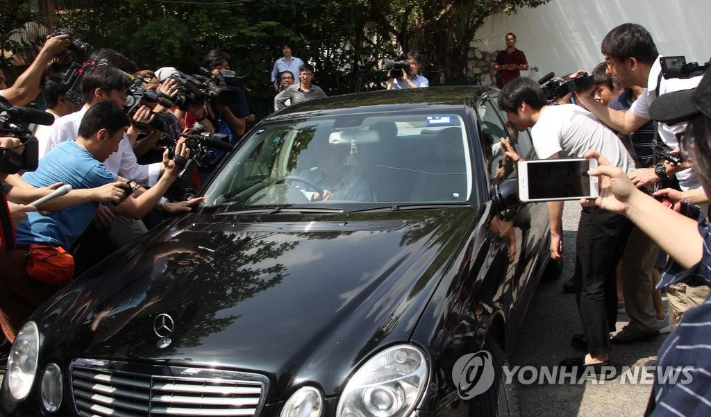 朝鲜大使馆被记者包围