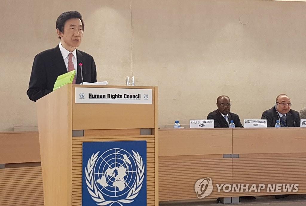 当地时间2月27日,在瑞士日内瓦联合国总部举行的联合国人权理事会第34次会议上,韩国外交部长官尹炳世(左)作主旨演讲。(韩联社)