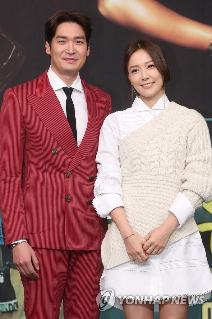 2月28日下午,在首尔MBC电视台大楼,郑糠云(左)和孙泰英出席新剧《你太过分了》发布会,摆姿势供媒体拍照。(韩联社)