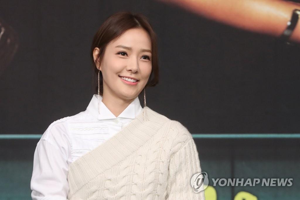 2月28日下午,在首尔MBC电视台大楼,《你太过分了》主演孙泰英出席发布会,摆姿势供媒体拍照。(韩联社)