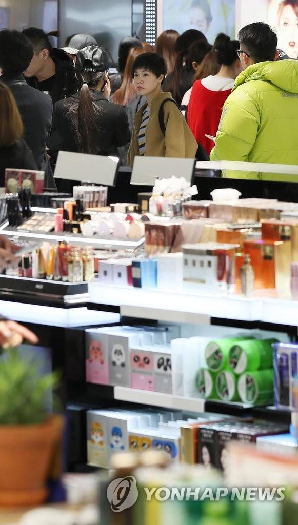 乐天免税店内中国游客照常购物