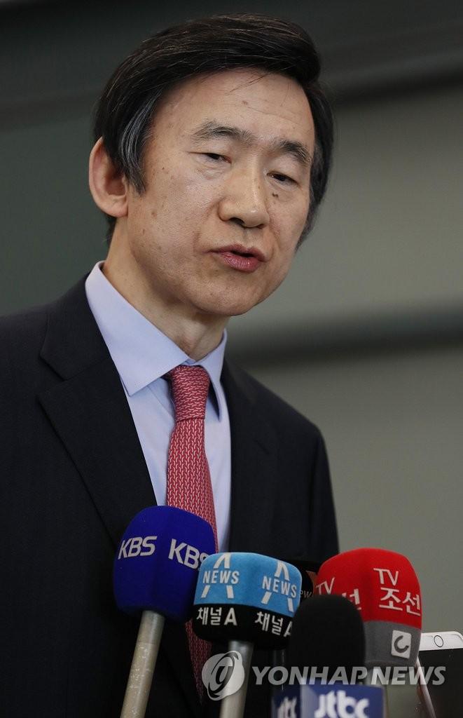 3月3日,在仁川国际机场,韩国外交部长官尹炳世接受记者采访。(韩联社)