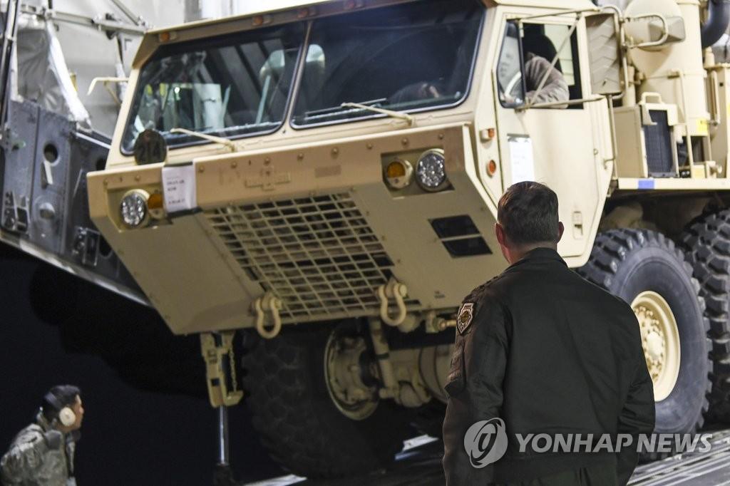 """驻韩美军司令部3月7日表示,6日晚""""萨德""""反导系统首批零部件抵达韩国。(韩联社/驻韩美军司令部提供)"""