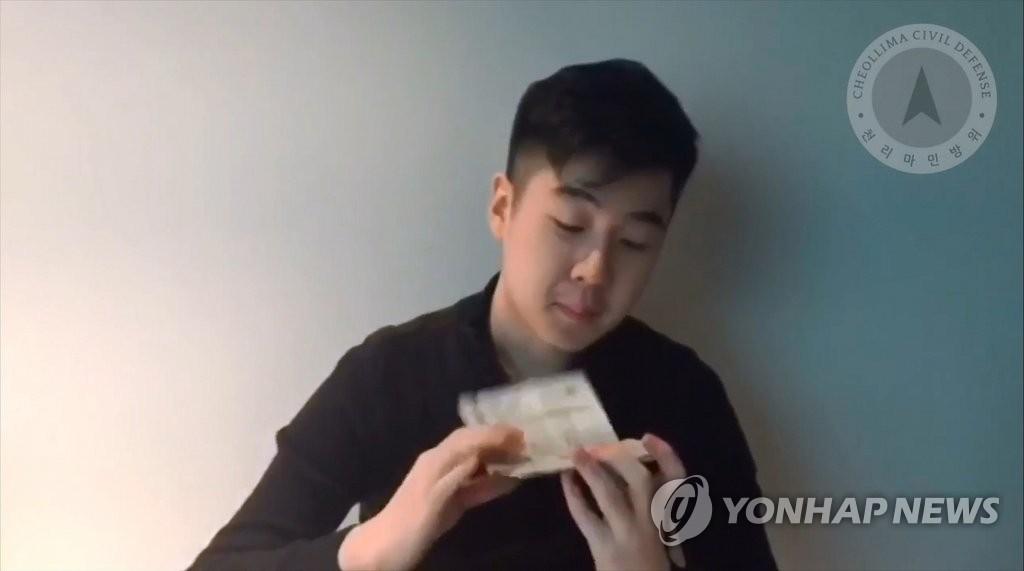 3月8日,疑似金韩松的一名男子在YouTube上传了视频。图为视频截图。(韩联社)