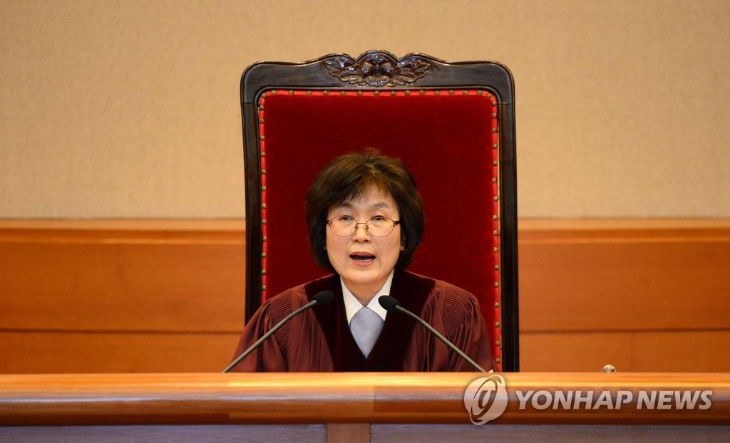 3月10日,在首尔宪法法院,代院长李贞美就总统弹劾案宣读判决主文。(韩联社)