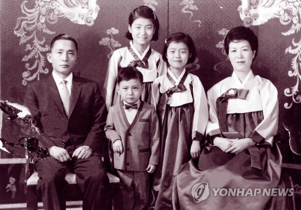 朴槿惠被逮捕结束19年政治生涯 选举女王沦为囚犯