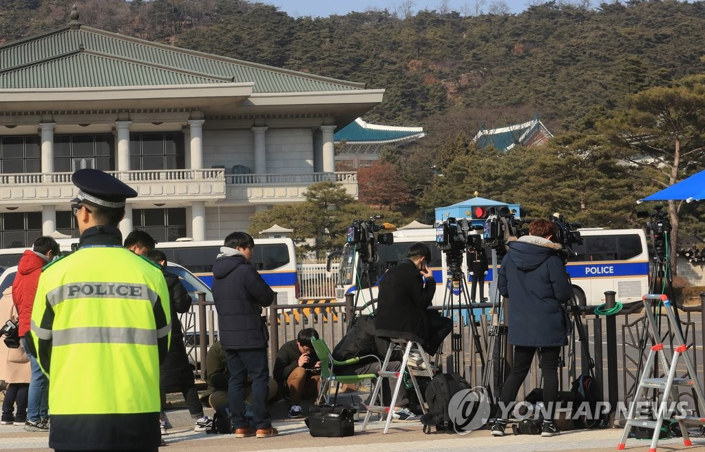 大批记者等待朴槿惠回私邸
