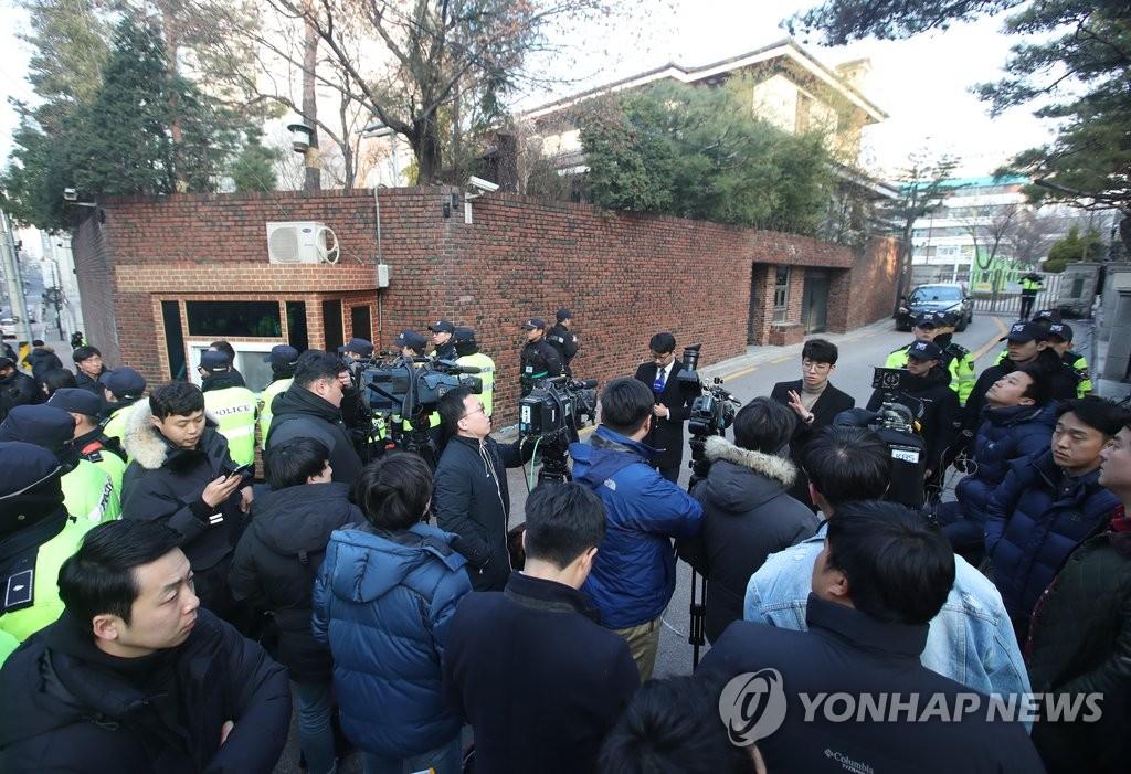 众多记者围堵朴槿惠私邸