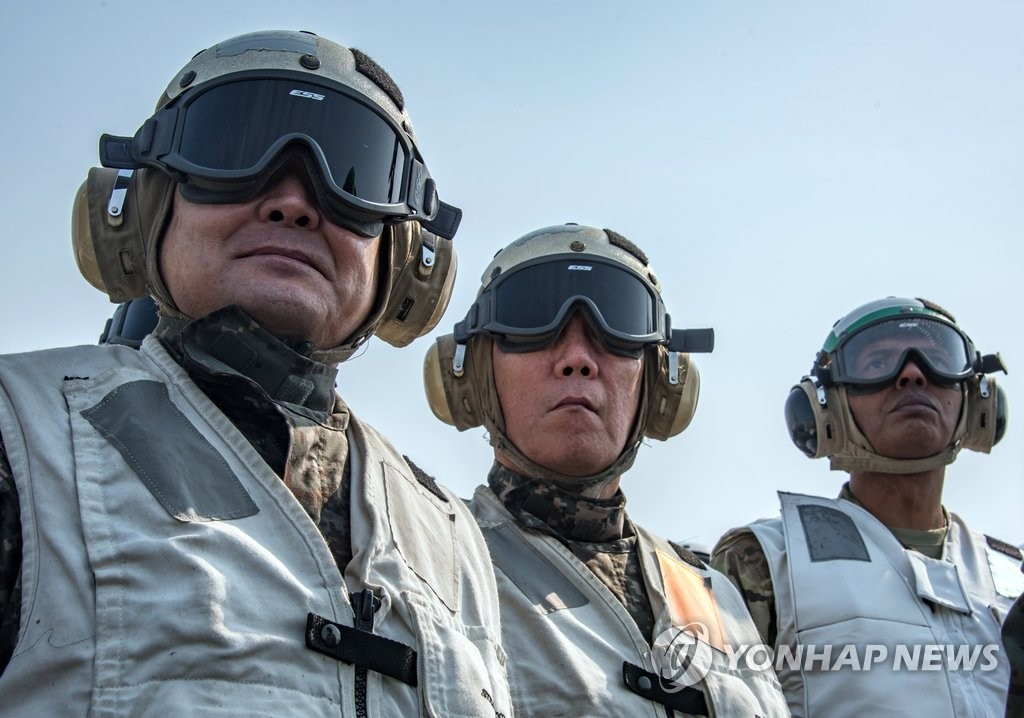韩联参议长和韩美联军司令参观韩美联合军演