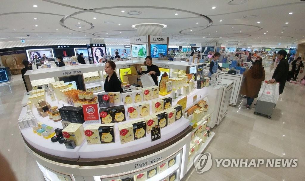 资料图片:3月15日,济州乐天免税店因中国游客骤减显得有些冷清。(韩联社)