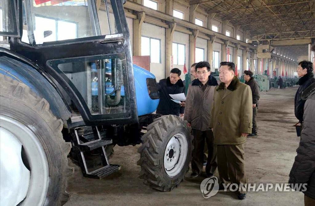 崔龙海视察拖拉机厂